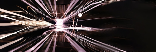 Крупный план ярких искр от лазерной резки металла