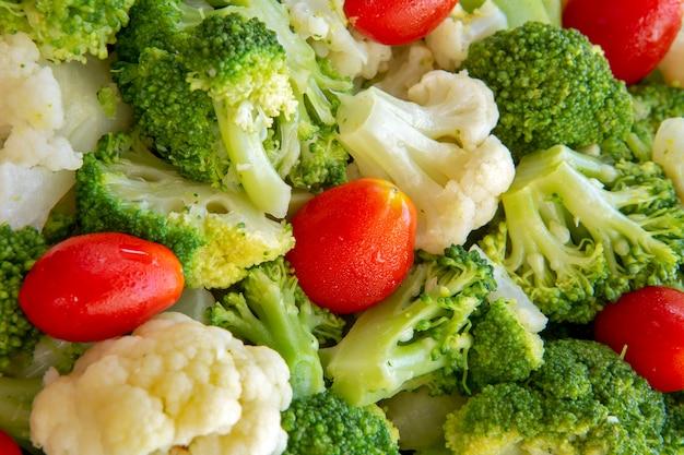 ブロッコリーとトマトのサラダ盛り合わせのクローズアップ