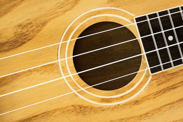茶色の木製ウクレレハワイアンギターのクローズアップ