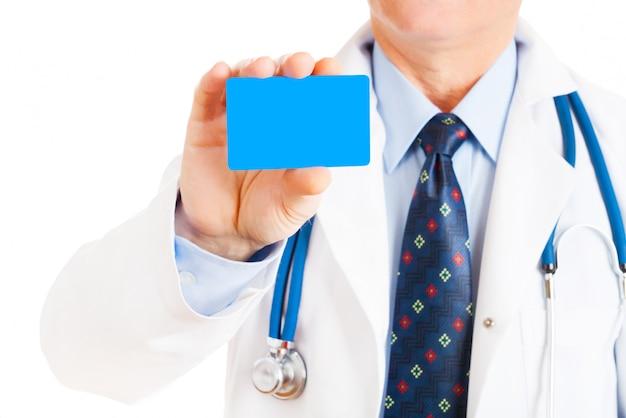 Крупным планом визитной карточки в руке врача