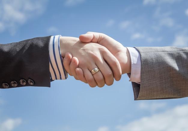 空の背景上のビジネス握手のクローズアップ