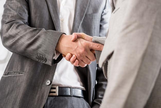 Крупным планом бизнес рукопожатие