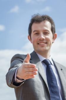 彼の開いた手を示すビジネスマンのクローズアップ