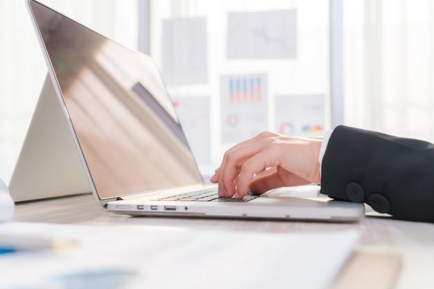 Крупным планом деловая женщина, руки, набрав на клавиатуре ноутбука