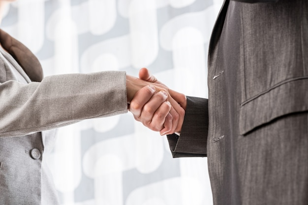 사업가 계약에 악수하는 사업가의 근접 촬영