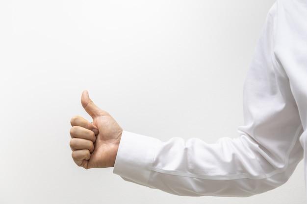 흰색 셔츠를 입고 사업가 손의 근접 촬영 복사 공간 엄지손가락을 보여줍니다.