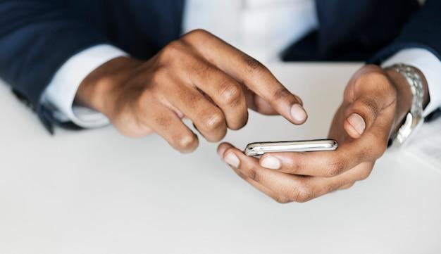 Макрофотография бизнесмен с помощью мобильного телефона