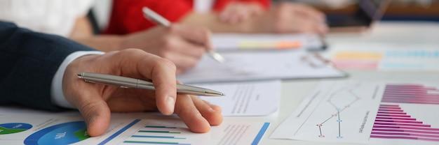 データ分析チャートビジネス戦略の概念のためのビジネスマン会議のクローズアップ