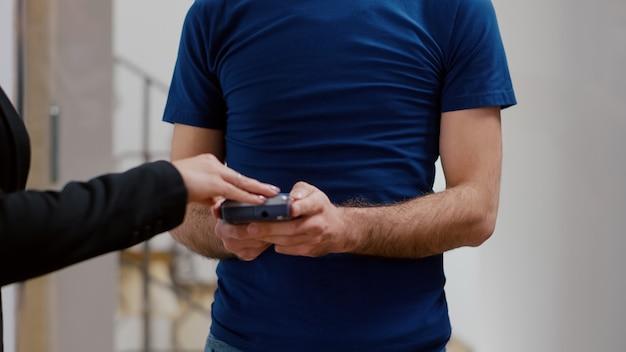 비접촉 pos 서비스를 사용하여 신용 카드로 음식 점심 주문을 지불하는 사업가의 근접 촬영