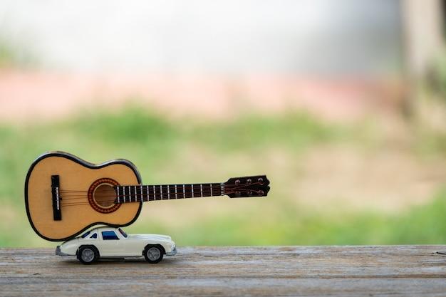 오래 된 나무 널빤지 질감과 잔디 표면에 자동차의 근접 촬영
