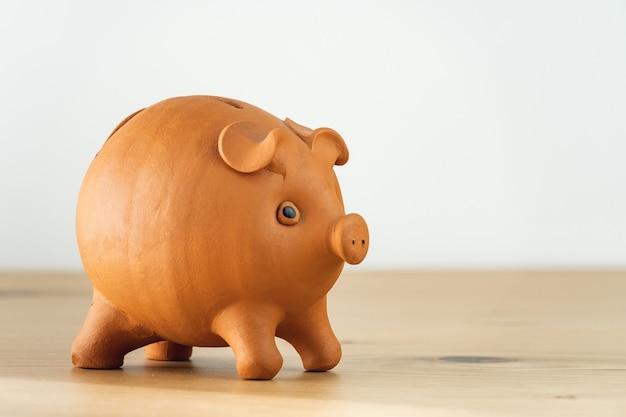 お金を節約し、財政を計画するためのセラミック貯金箱のクローズアップ