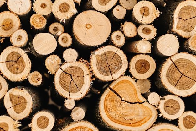 みじん切りの積み重ねられた薪のクローズアップ。自然な木の背景。