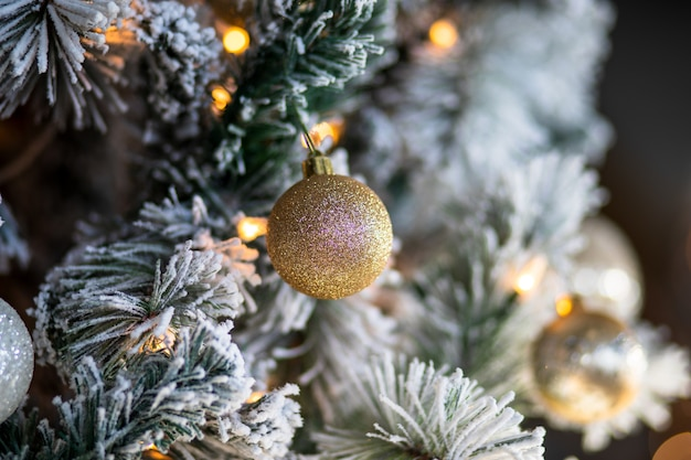 クリスマスの飾りとクリスマスツリーのライトのクローズアップ