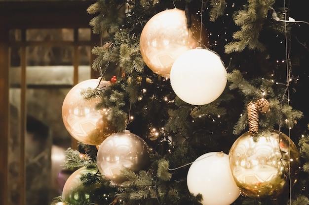 건축 랜드 마크에 크리스마스 트리 분기의 근접 촬영