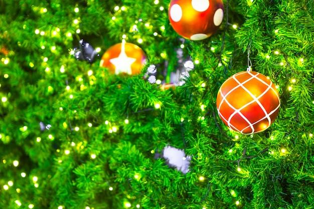 クリスマスツリーの飾りのクローズアップ
