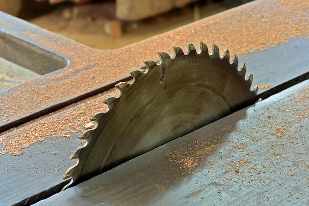 Крупный план циркулярной пилы на скамейке деревообработки