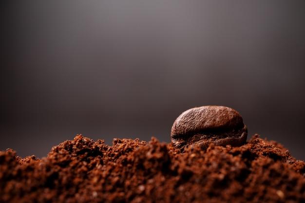 텍스트 복사 공간 볶은 커피의 혼합 된 힙에서 커피 콩의 근접 촬영.
