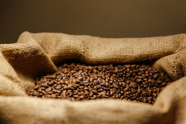 Крупный план кофейного мешковины, полного кофейных зерен в кафе