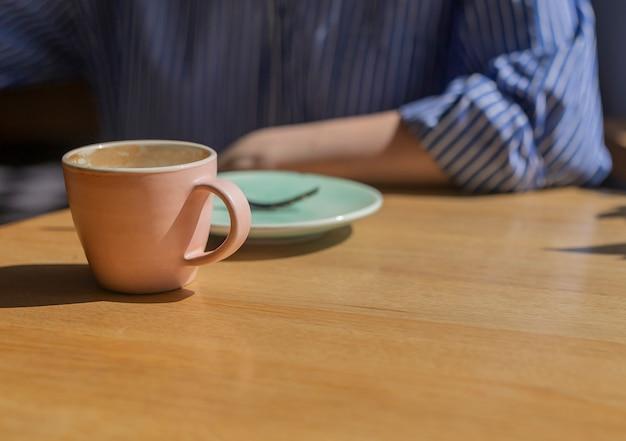 モダンなカフェでの朝食時のコーヒーカップとソーサーのクローズアップ