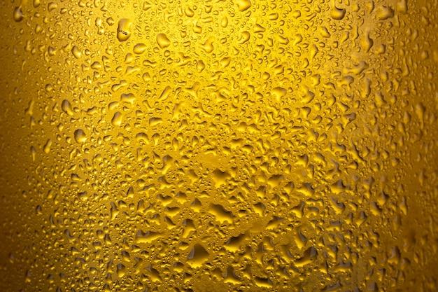 水滴と冷たいラガービールのクローズアップ。