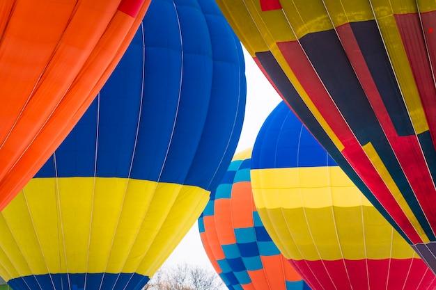 하늘을 날고 다채로운 뜨거운 공기 ballon의 근접 촬영
