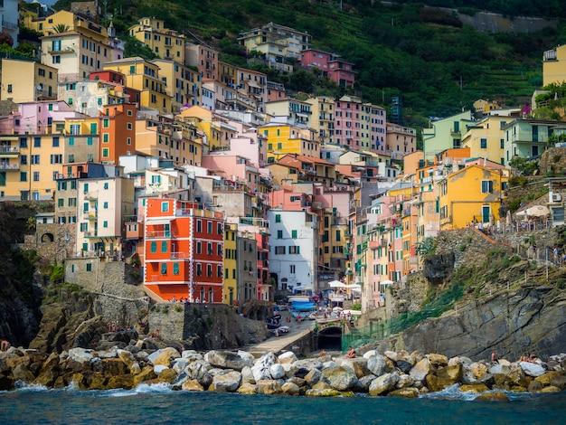 イタリア、リオマッジョーレの海岸沿いの村にあるカラフルな家のクローズアップ