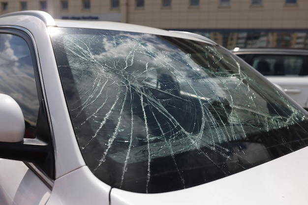 깨진 자동차 앞 유리 자동차 보험 개념에 균열의 근접 촬영