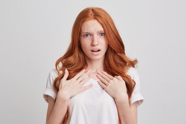 Крупным планом сумасшедшая безумная рыжая молодая женщина с длинными волосами