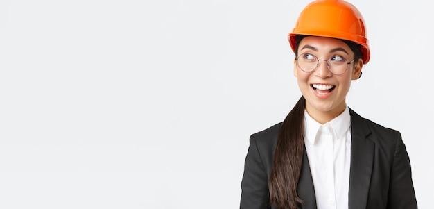 建設エンジニアを念頭に置いて興味深いアイデアを持っている創造的なアジアの女性建築家のクローズアップ...
