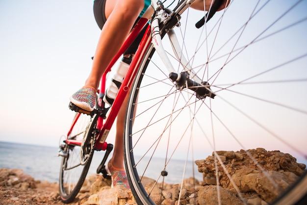 야외 흔적에 자전거를 타고 자전거 여자 다리의 근접 촬영