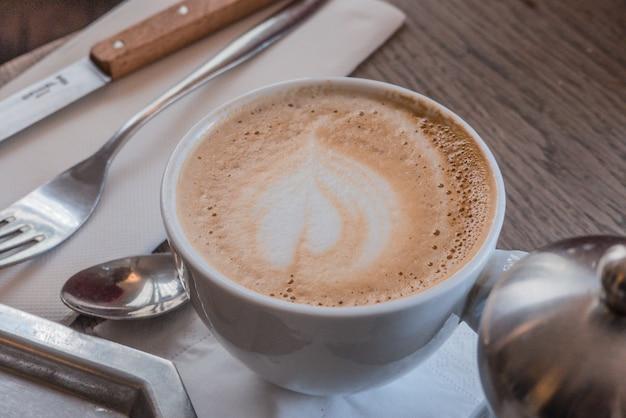カップでおいしいコーヒーのクローズアップ