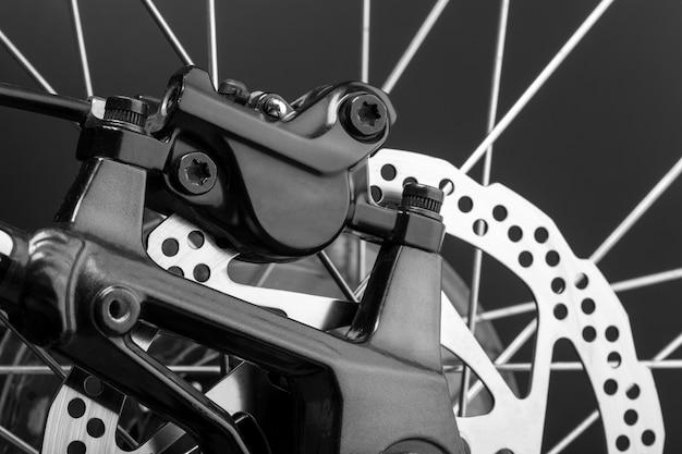 マウンテンバイクのディスクブレーキのクローズアップ