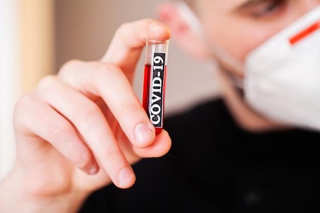 코로나 바이러스 분석과 테스트 튜브를 들고 의사의 근접 촬영.