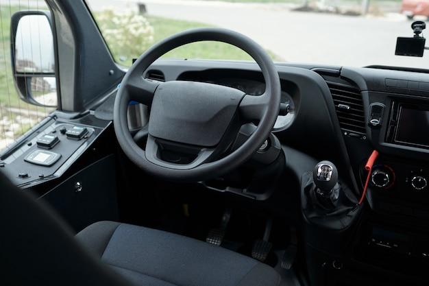 앞 유리를 통해 운전석 버스 대시보드 및 스티어링 휠 보기의 근접 촬영