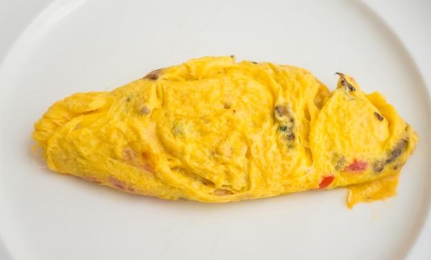 아침에 계란 오믈렛의 근접 촬영입니다.