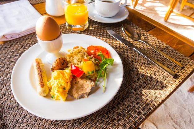Макрофотография яичный омлет на завтрак.