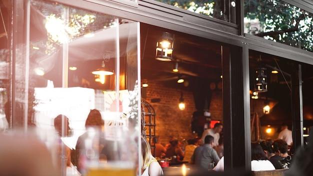 Крупный план европейского кафе. открытый ресторан в летний вечер во львове, город украина