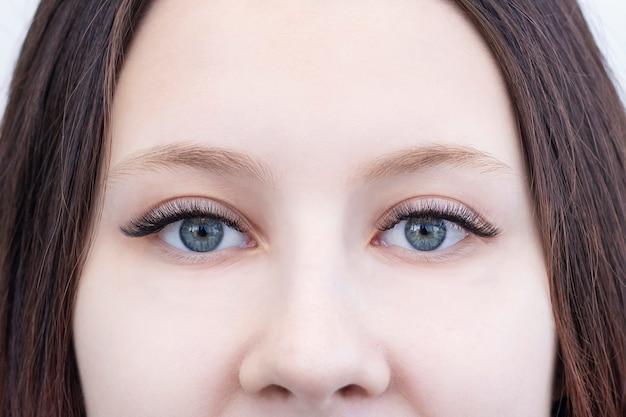 확장 된 속눈썹이 있고 확장 된 속눈썹이없는 눈의 근접 촬영, 전후
