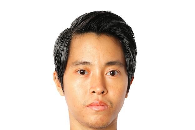 흰색 바탕에 얼굴 젊은 아시아 남자의 근접 촬영입니다.
