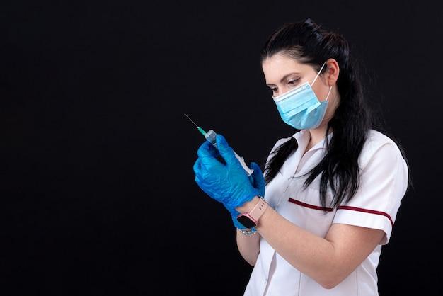 청진기와 주사기와 얼굴 마스크에 여성 의사의 근접 촬영