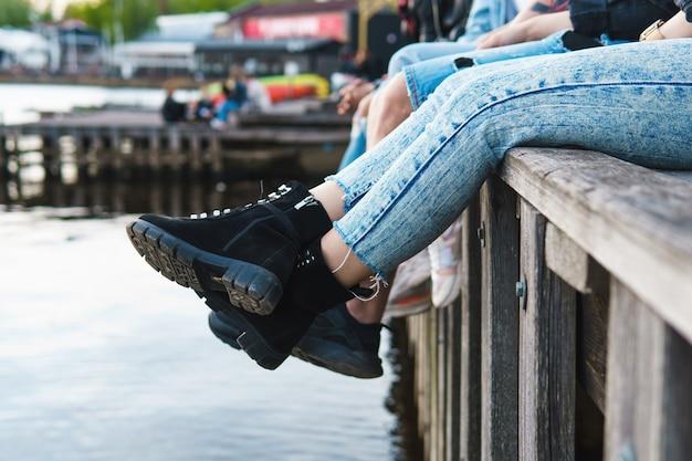 Крупным планом женские ноги в сапогах на улице