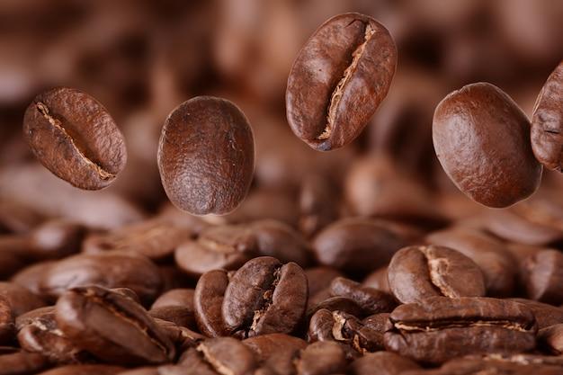 Крупным планом летающих кофейных зерен