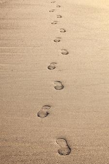 해변에서 모래에 발자국의 근접 촬영.