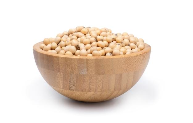 木製のボウルに新鮮な乾燥大豆の種子のクローズアップ。