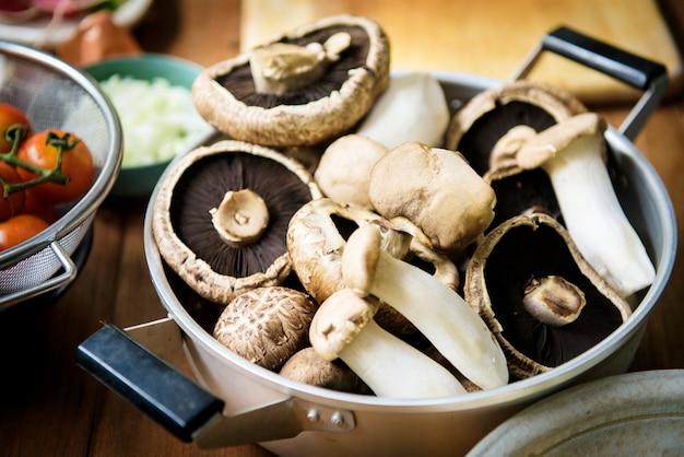 신선한 eryngii와 포토 벨로 버섯의 근접 촬영