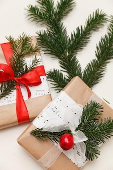 Крупный план подарков, упакованных в крафт-бумагу на рождество или новый год на белом фоне