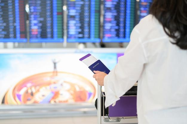 공항에서 여권과 탑승권을 들고 소녀의 근접 촬영