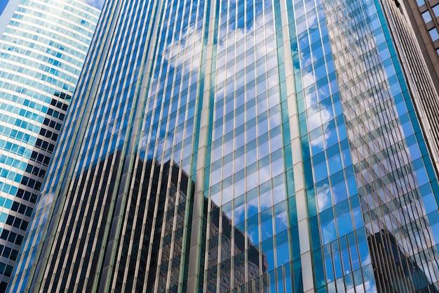 유리 및 콘크리트 건물의 근접 촬영입니다. 고층 빌딩 개념
