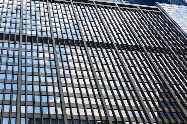ガラスとコンクリートの建物のクローズアップ。高層ビルの建物のコンセプト