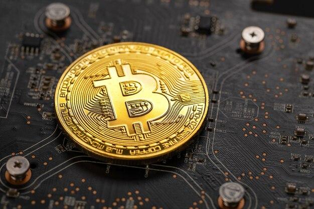 暗号マイニングgpu回路基板コンピューターハードウェア上のゴールドビットコインのクローズアップ仮想通貨またはブロックチェーン暗号通貨